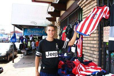 Juan vendió unas 400 camisetas de la Albirro