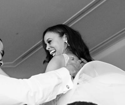 Se conocieron en un bar, se casaron y ahora es princesa