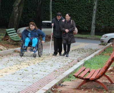 Personas con discapacidad participan en la primera plaza inclusiva de Asunción