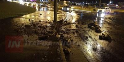 IMPACTO DE RAYO FISURA COLUMNA Y DESTRUYE ASFALTADO EN LA COSTANERA