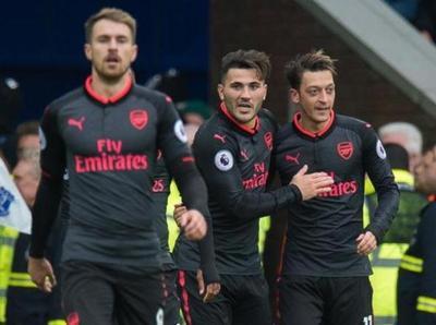 Arsenal remonta y golea a Everton