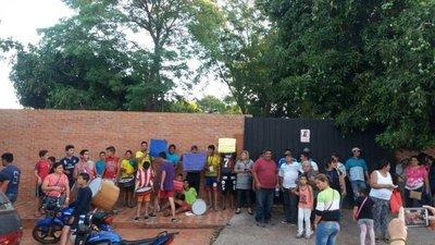 Protesta contra intendente que donó una plaza al sector privado