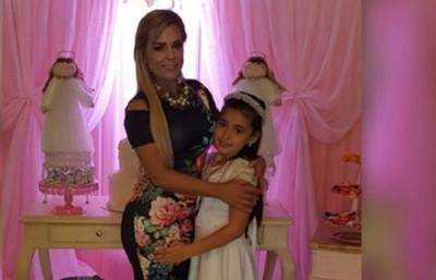 Lizarella Valiente emocionada con la primera comunión de su hija