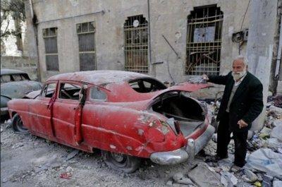 El hombre que colecciona coches antiguos en medio de la guerra