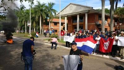 Funcionarios de la UNA recrudecen manifestación