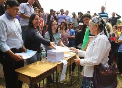 El presidente Cartes entregó títulos de lotes agrícolas en cada jornada de Gobierno
