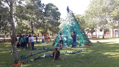 Estudiantes construyen árbol navideño gigante