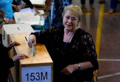 Chilenos votan para suceder a Bachelet