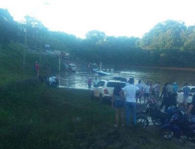 Vehículo cae en las aguas del Paraná