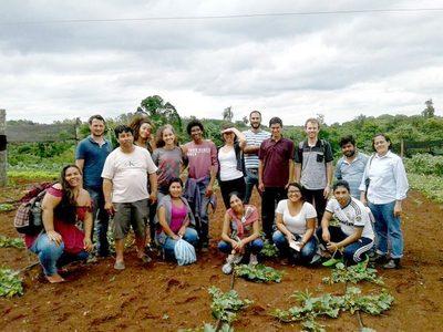 Estudiantes de Foz observan el modelo productivo en Alto Paraná