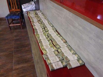 Casi una tonelada de droga y US$ 500.000