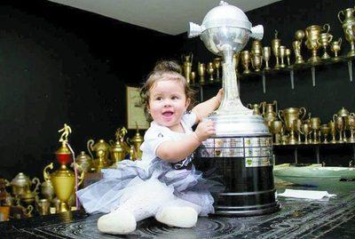 Pequeña hincha adornó el salón de trofeos de la Cuna de Glorias