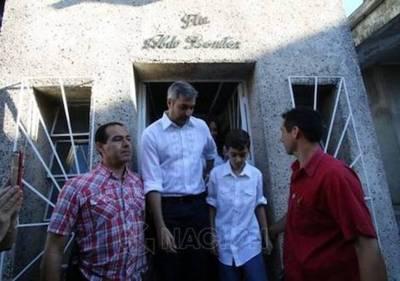 Marito visitó la tumba de su padre antes de ir a votar