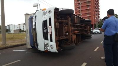 INCREÍBLE: FUERTE VIENTO PROVOCÓ VUELCO DE CAMIÓN ESTACIONADO