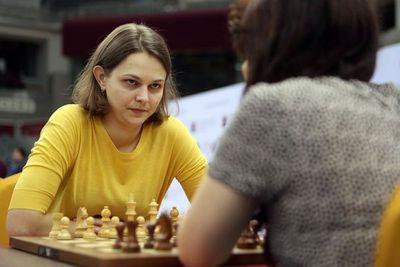 Arabia Saudita celebra torneo de ajedrez lleno de polémica, sin la campeona mundial