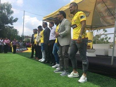El Barcelona presenta al volante Víctor Ayala