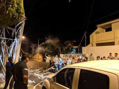 """""""Tus manos están manchadas de sangre"""" gritaron a Díaz Verón"""