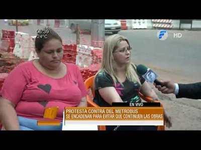 Dos mujeres se encadenan en obras del metrobus
