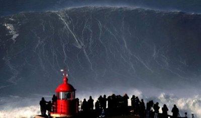 Portugués surfea una ola de 35 metros y hace historia