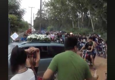"""En funeral de piloto suicida, el padre confiesa: """"Dijo que iba a ser su última carrera"""""""
