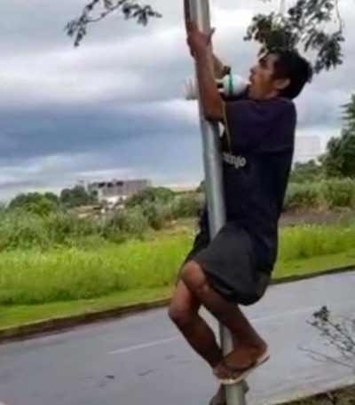 Ladrón obligado a reponer  una lámpara que iba a robar