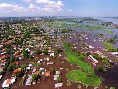 Miles de desplazados por subida del río Paraguay