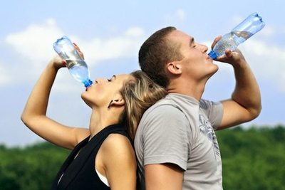 Agua, la mejor bebida para aplacar el calor