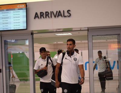 Olimpia llegó a Montevideo para enfrentar al Wanderers