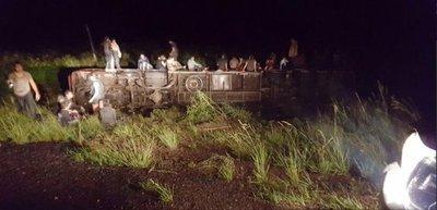 Colectivo vuelca y deja varios heridos en Ñeembucú