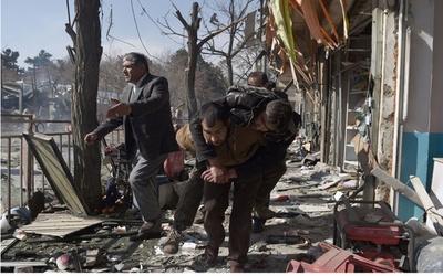 Asciende a 95 muertos y 158 heridos tras atentado en Kabul