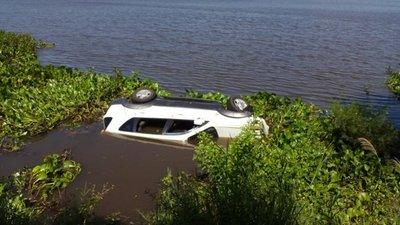 Camioneta vuelca y cae al río