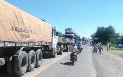 Camioneros cierran rutas, generan caos y ya hay desabastecimientos