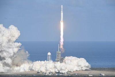 Elon Musk envió un cohete a marte y deja un auto en el espacio