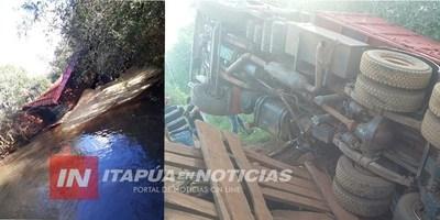 CAMIÓN CARGADO DE SOJA CAE A UN ARROYO EN TOMÁS ROMERO PEREIRA.