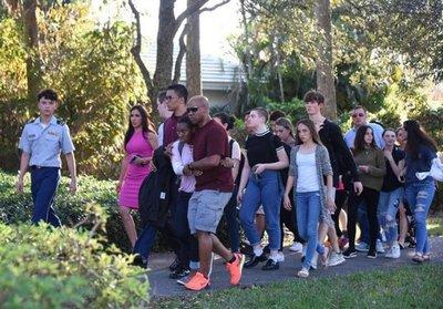 b249b0617 Trump recibirá a estudiantes de escuela de Florida donde hubo tiroteo