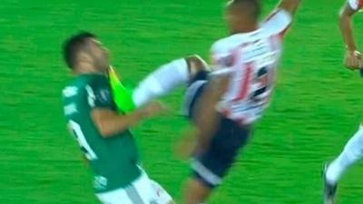La criminal patada en Gutiérrez en el Junior vs Palmeiras