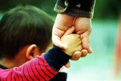 Procesan a padre y abuelo por no asistir a un menor