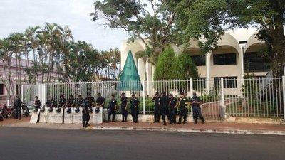 Gobernación de Guairá es custodiada por policías