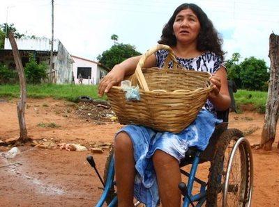 Vendedora mantiene a sus 3 hijos y a 7 niños más