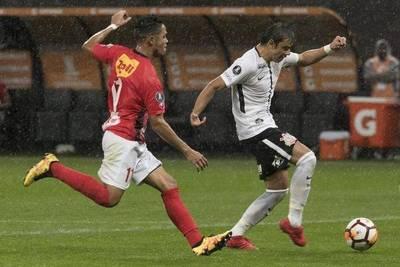 Corinthians pasa a liderar su grupo