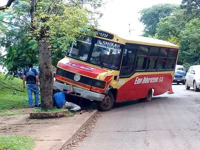 Bus chatarra pierde la rueda delantera y por poco provoca una tragedia