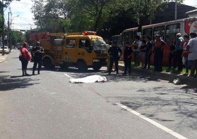 Bus atropelló y mató a un peatón en Asunción