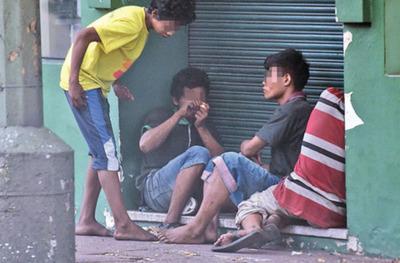 Indi ignora a jóvenes nativos  que fuman crac en el centro