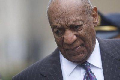 """Defensa de Bill Cosby llama """"estafadora"""" a mujer que lo acusa"""