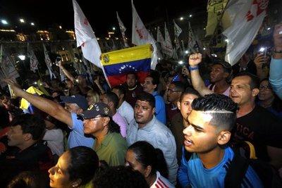 Adeptos y opositores al régimen de Maduro se enfrentan en Lima