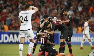 Atlético Paranaense golea a un Newells con semblante de crisis