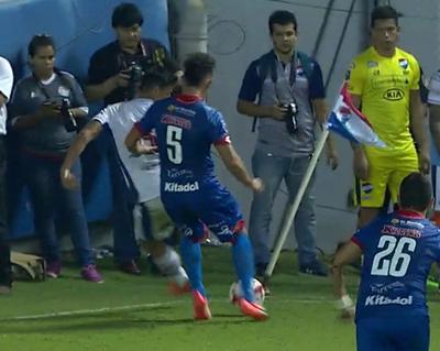 Lujo de Adam Bareiro ante Independiente