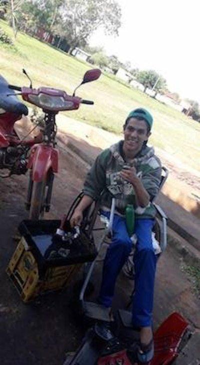El joven mecánico que rompe barreras en silla de ruedas