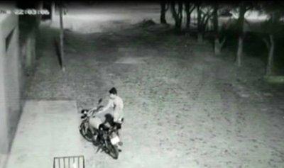 Habrían robado y vendido moto para seguir bebiendo