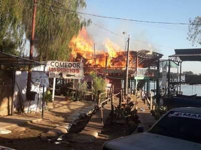 Voraz incendio en comedores de Remanso